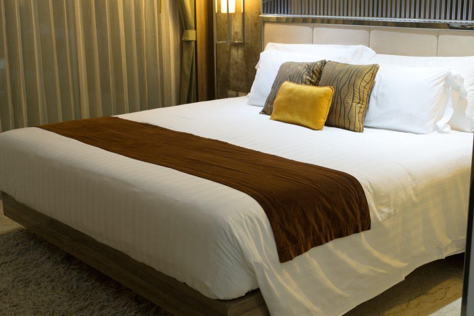 Hyvä hotelli ja hotellin sänky