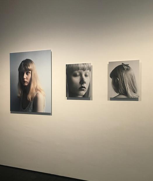Valokuvia naisesta näyttelyssä